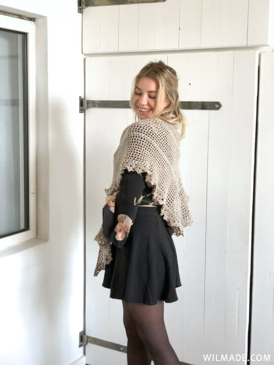 Durable Friendship Shawl - free crochet shawl pattern - Karla schuin achter